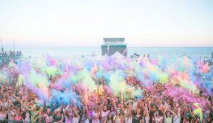 A ferragosto la nuova moda è la vacanza colorata con l'Holi