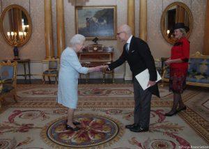 Sua Maestà la Regina Elisabetta II, l'Ambasciatore S.E. Raffaele Trombetta e la consorte Victoria Trombetta.2 (1)